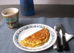 омлет и чашка кофе