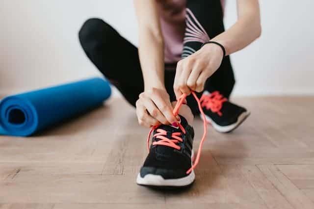 Женщина готовится к тренировкам
