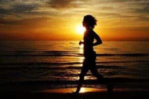 женщина бежит по морю