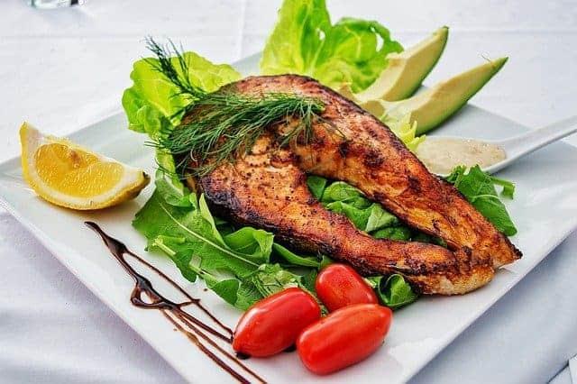 обжаренный лосось с овощами на тарелке