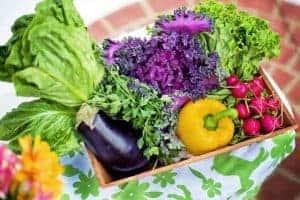 овощи в коробке на столе
