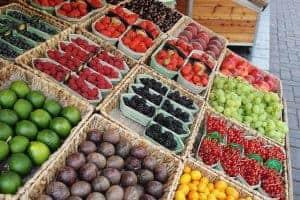 фрукты в корзинах на рынке