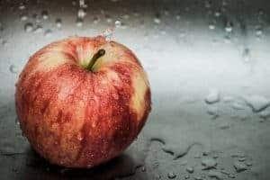 Свежее красное яблоко