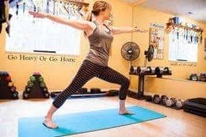 женщина, практикующая йогу