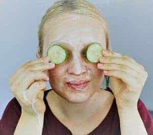 женщина делает огуречный компресс для глаз