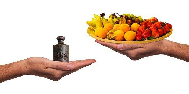 Вес и тарелка с фруктами