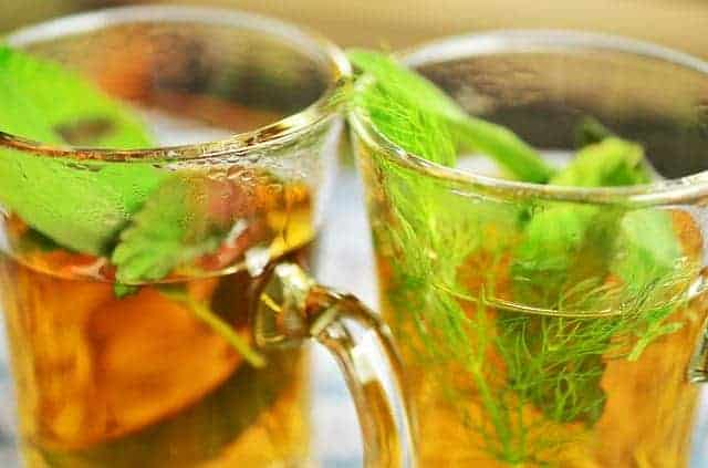 Травяной чай в бокале