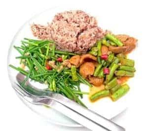 Здоровое диетическое блюдо с коричневым рисом и овощами