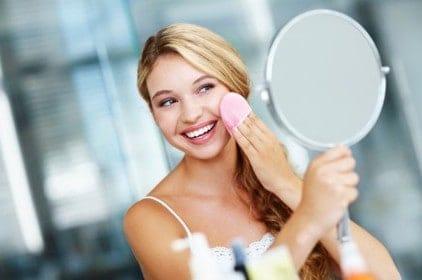 женщина стирает макияж