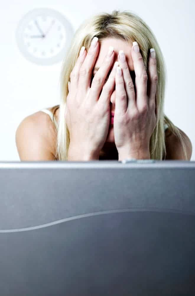 сломанная женщина у ноутбука