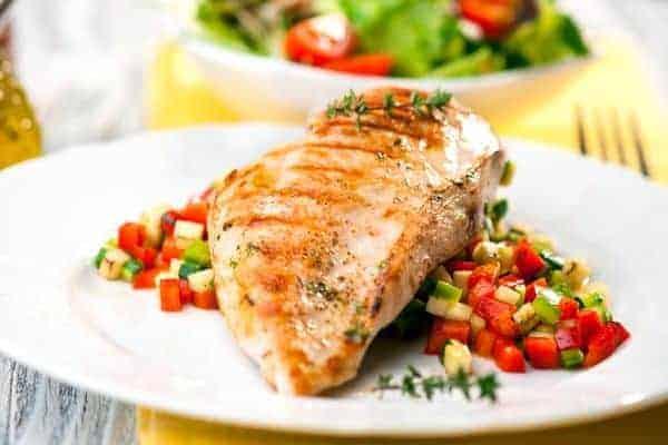 рыба гриль с овощами на тарелке