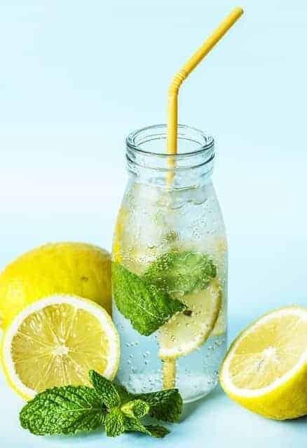 Бутылка лимонной и мятной воды