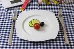 ломтики огурца, помидоров и оливок на тарелке