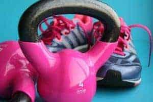 гантели и спортивная обувь
