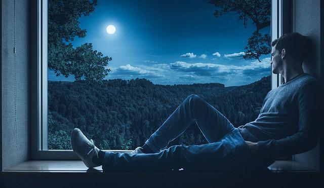 мужчина не может спать