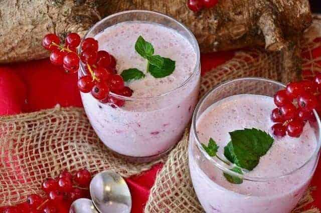 Фруктово-молочная коктейль со смородиной
