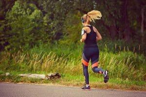 женщина бежит трусцой