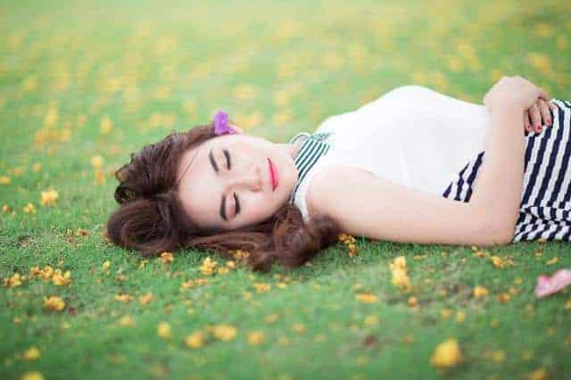 женщина, спящая на траве