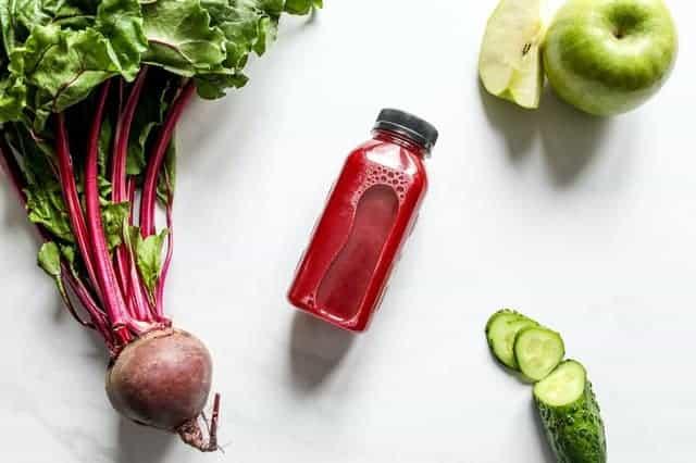 здоровое питание: свекольный сок, свекла, яблоки, огурцы