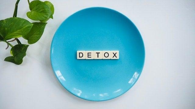 """Слово """"детоксикация"""", помещенное на тарелку."""