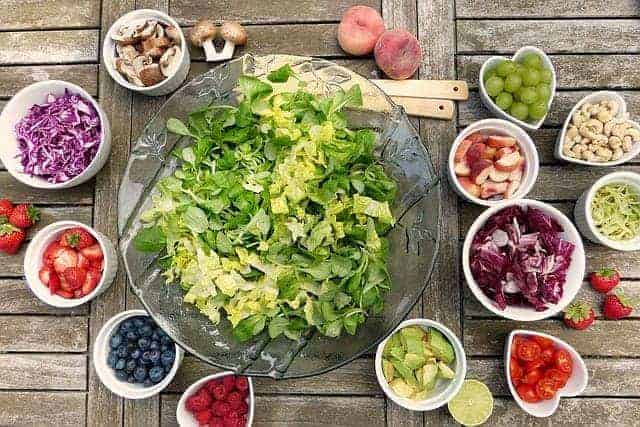 Овощной салат и фрукты в мисочках