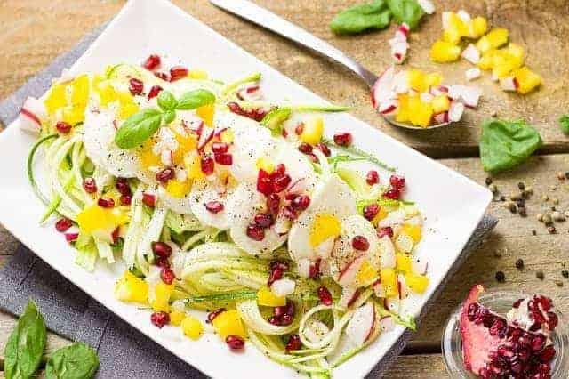 Здоровый овощной и яичный салат на Вашей тарелке