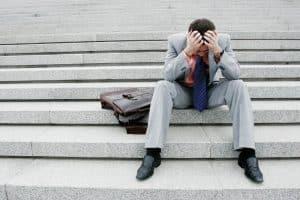 Разочарованный человек на лестнице