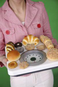 женщина носит печенье на весах