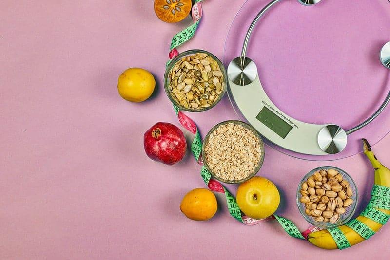 Кухонные весы и здоровое питание (зерна, фрукты)