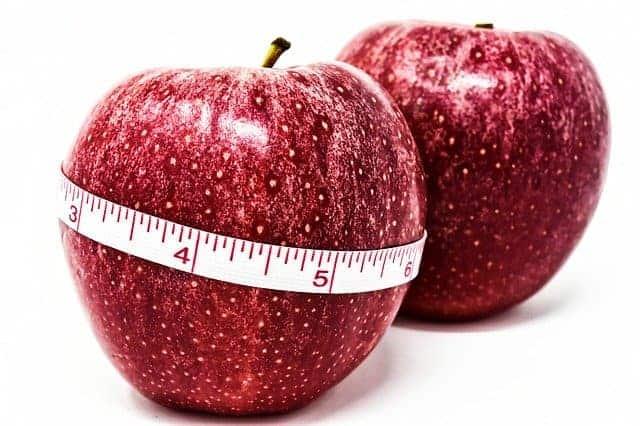 Яблоко, завязанное на сантиметр, контроль веса.
