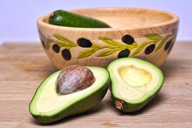 Авокадо разрезан пополам
