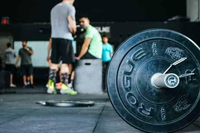 штанга на полу спортзала