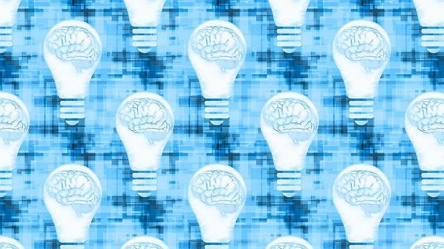 Графическое изображение мозга в лампочке.