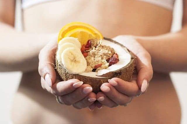 женщина держит в руках диетический десерт.