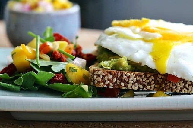 Термогенная диета, хлеб из цельного зерна, яйцо, овощи.