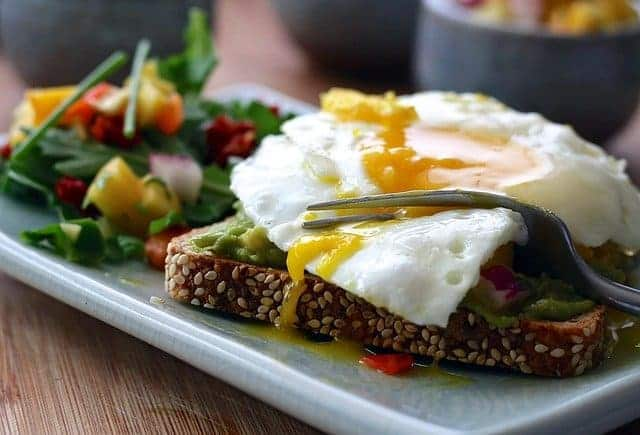 Здоровое питание - цельнозерновые тосты с яйцом и овощами