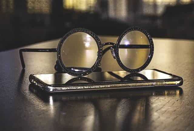 Очки лежат на смартфоне