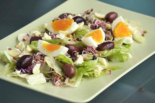 салат с оливками и твёрдыми отварными яйцами
