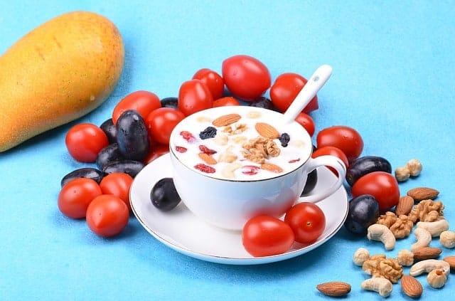 салат с йогуртом, миндалем и орехами