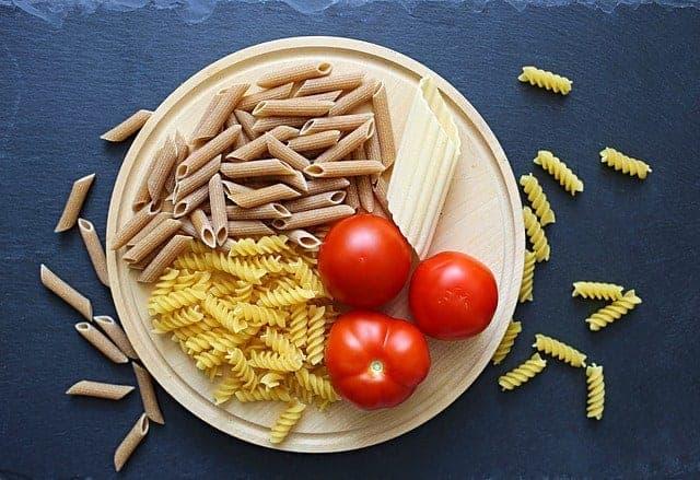 макароны с помидорами в миске