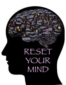Иллюстрация, показывающая голову, очертания мозга и надпись: перезагрузите ум.