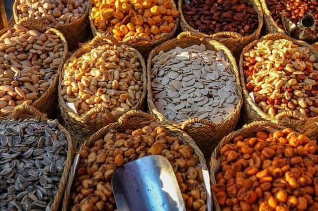 корзины с различными видами зерна и орехов
