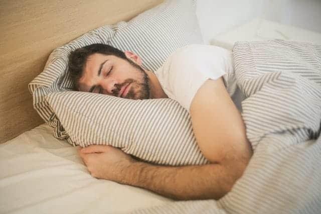 мужчина в глубоком сне