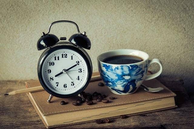чашка кофе и будильник