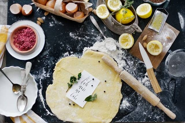 раскатанное тесто, мука, яйца, кухонные принадлежности