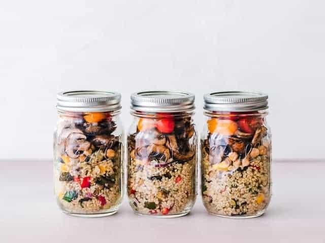 Диетическое блюдо из крупы и овощей в банках
