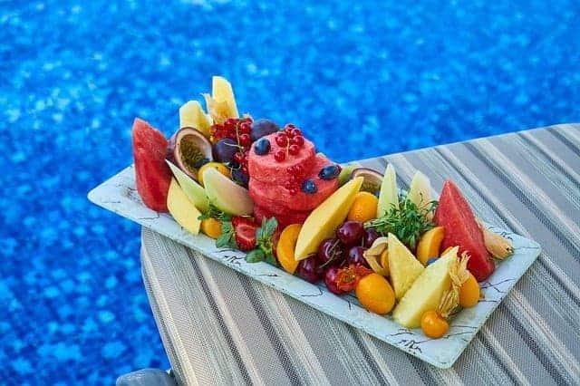 Нарезанные фрукты на подносе