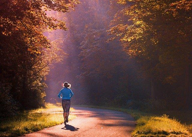 бегун, пробежка в парке