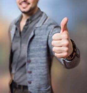 мужчина показывает жестом большого пальца хорошо