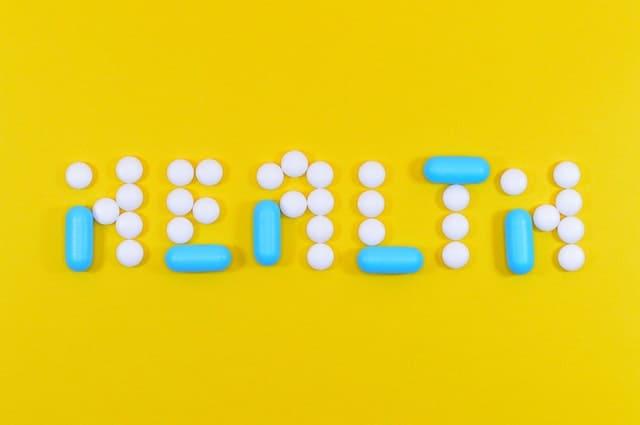 Надпись о здоровье, сделанная из таблеток и капсул